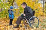 23184326-giovane-ragazzo-nel-parco-con-il-nonno-disabile-seduto-in-una-sedia-a-rotelle-mostrandogli-qualcosa-